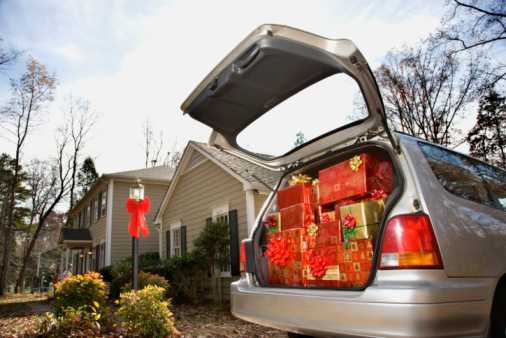 Stuffed「Car loaded with Christmas presents in driveway of home」:スマホ壁紙(14)