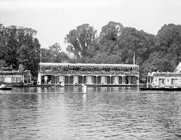 ヘンリーロイヤルレガッタ「Houseboats on the river during the Henley Regatta, Henley-on-Thames, Oxfordshire, c1860-c1920. Artist: Henry Taunt」:写真・画像(14)[壁紙.com]