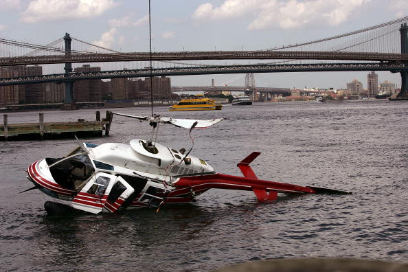 Helicopter「Tourist Helicopter Crashes Into East River in New York City」:写真・画像(15)[壁紙.com]