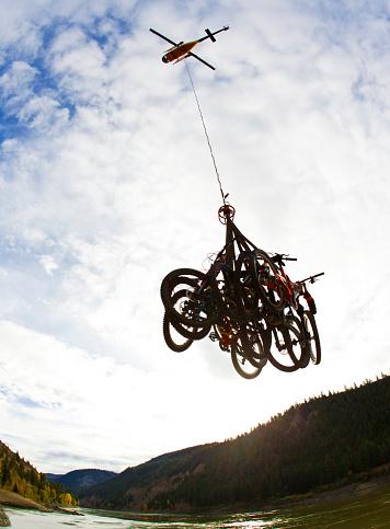 サイクリング「A helicopter lifts a bundle of mountain bikes into the sky enroute to a heli-biking adventure in British Columbia, Canada.」:スマホ壁紙(19)