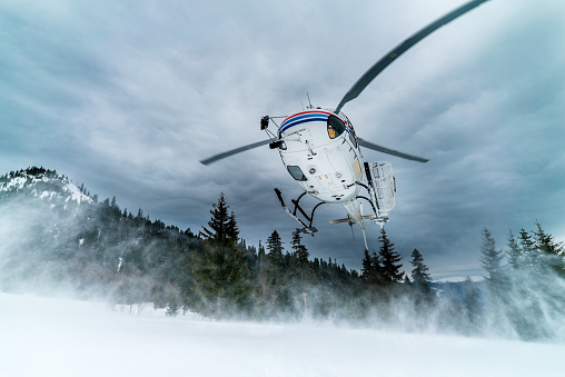 Back Country Skiing「Helicopter arrives on snow crest with heli-skiers」:スマホ壁紙(7)