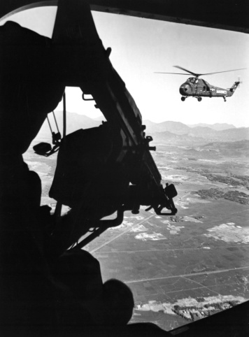 Approaching「Helicopter and soldier approaching target in Vietnam, circa 1965.」:スマホ壁紙(13)