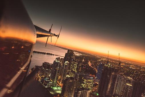 Helicopter「ダウンタウン上空を飛ぶヘリコプター マイアミ」:スマホ壁紙(18)