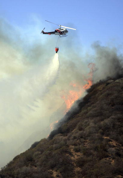 Mountain Ridge「Santa Ana Winds Stoke Wildfires In Southern California」:写真・画像(2)[壁紙.com]