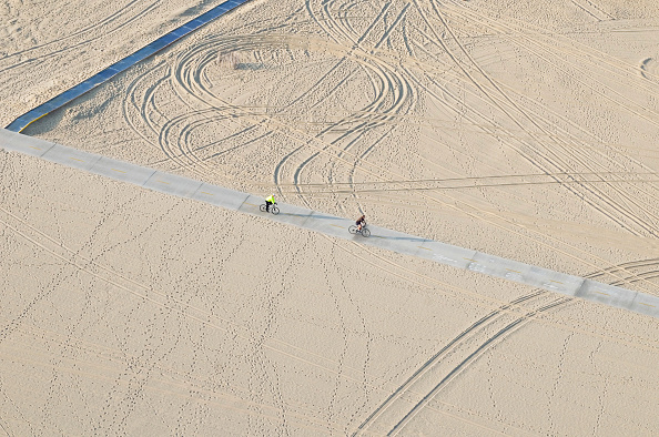 Cycle - Vehicle「Helicopter Aerial view of bike riders on the bikepath along Santa Monica Beach, California, USA」:写真・画像(15)[壁紙.com]