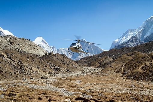 Khumbu Glacier「Helicopter in Mount Everest Region」:スマホ壁紙(9)