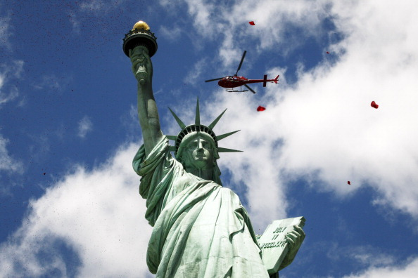 Petal「Million Rose Pedals Dropped Over Statue Of Liberty Commemorating 70th Anniversary Of D-Day」:写真・画像(7)[壁紙.com]