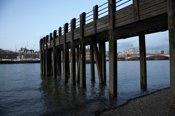 Construction Equipment「Old Jetty, River Thames, UK」:写真・画像(10)[壁紙.com]