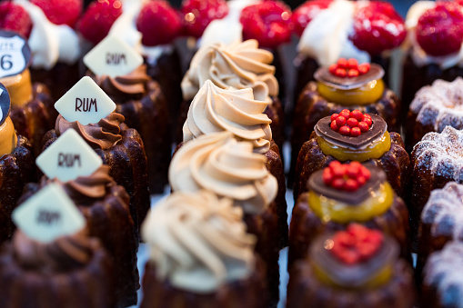 Borough Market「Close up of freshly baked cakes and cupcakes in a row at food market」:スマホ壁紙(8)