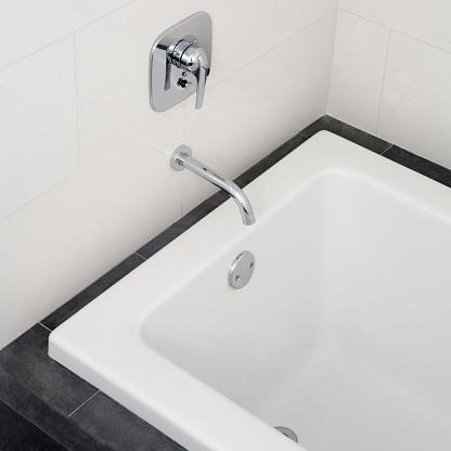 スイセン「Close up of faucet and bathtub in modern bathroom」:スマホ壁紙(7)