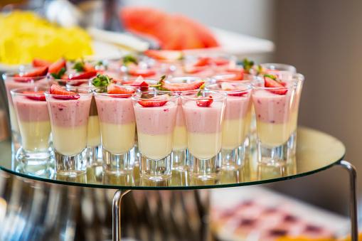 カクテル「Close up of strawberry and custard dessert in tot glasses, Johannesburg, Gauteng, South Africa」:スマホ壁紙(9)