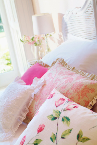 Floral Pattern「Close up of cushions on bed in bedroom」:スマホ壁紙(19)