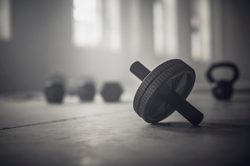 Gear「Close up of barbell weights on floor of dark gym」:スマホ壁紙(9)