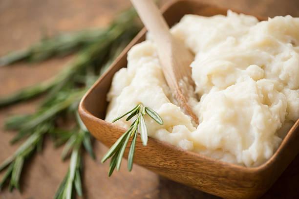 Close up of mashed potatoes and rosemary:スマホ壁紙(壁紙.com)