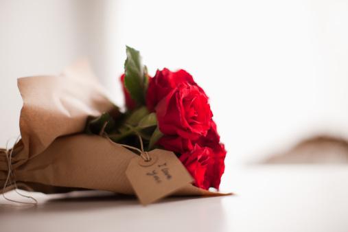 バレンタイン「クローズアップの赤いバラとギフトタグ」:スマホ壁紙(15)