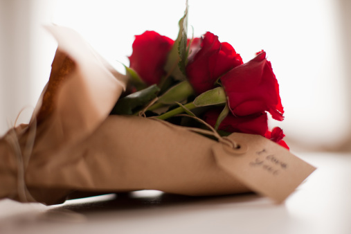 Valentine's Day「Close up of red roses with gift tag」:スマホ壁紙(17)