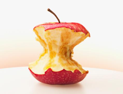 リンゴ「クローズアップ赤いリンゴを食べる」:スマホ壁紙(5)