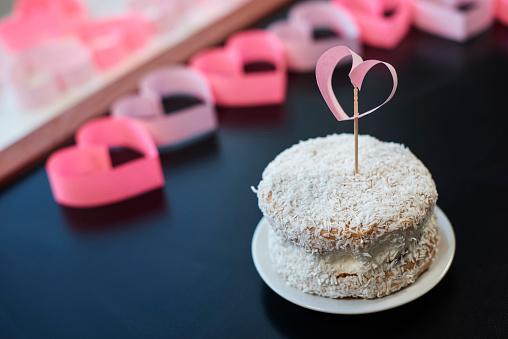 月「Close up of coconut cake. Debica, Poland」:スマホ壁紙(17)