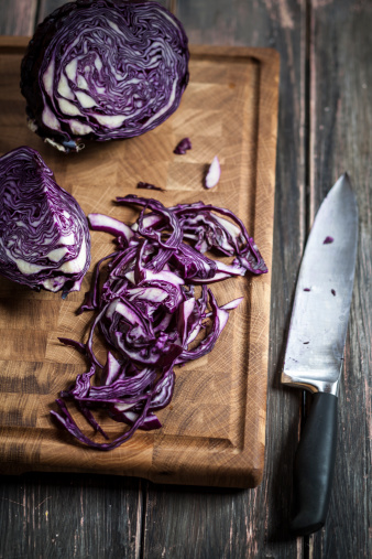Red Cabbage「Close up of sliced red cabbage on chopping board and knife」:スマホ壁紙(19)