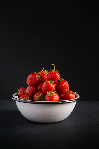 Bowl「Close up of bowl of strawberries」:スマホ壁紙(18)