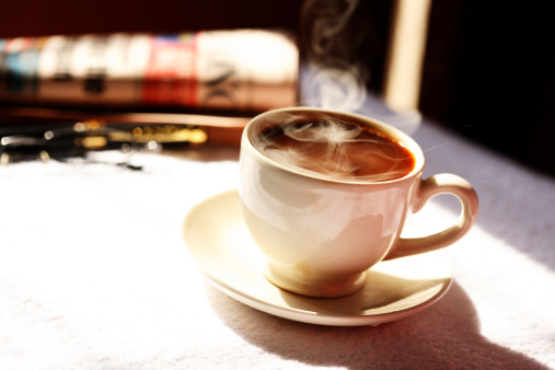 後ろボケ「Close up of steaming coffee cup」:スマホ壁紙(19)