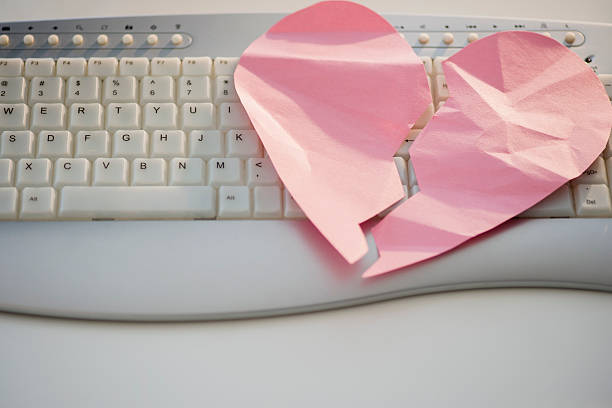 Close up of broken heart on computer keyboard:スマホ壁紙(壁紙.com)