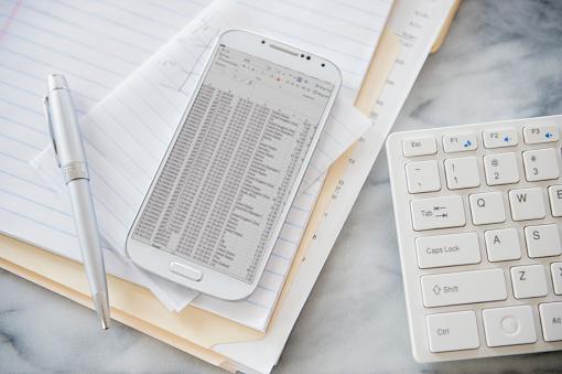 ファイナンス「Close up of computer keyboard, files and cell phone on office desk」:スマホ壁紙(19)