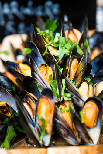 Market Stall「Close up of freshly cooked mussels in shells presented in wooden bowl at food market, Borough Market, London, UK」:スマホ壁紙(6)