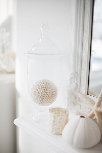 Decoration「クローズアップホワイトの装飾のリビングルームのマントルピース」:スマホ壁紙(8)