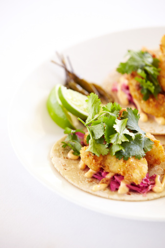 Extreme Close-Up「Close up of fish tacos on a plate」:スマホ壁紙(13)