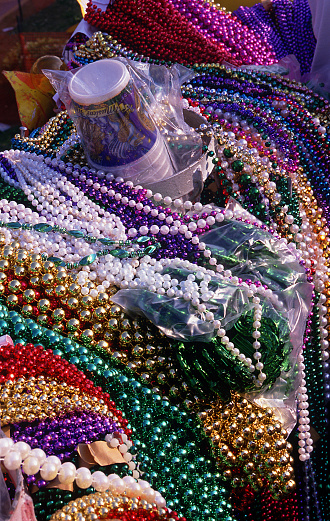 カーニバル「Close up of plastic Mardi Gras Beads, New Orleans, Louisiana」:スマホ壁紙(10)