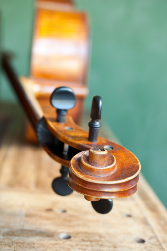 Violin「Close up of a violin scroll」:スマホ壁紙(5)