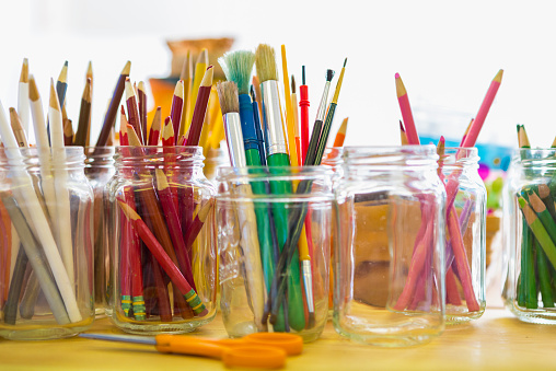 Colored Pencil「Close up of jars of colored pencils and paintbrushes」:スマホ壁紙(15)