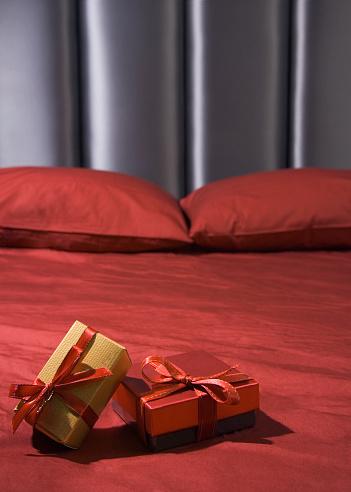 プレゼント「Close up of gifts on bed」:スマホ壁紙(17)