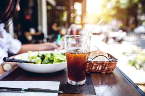 Close up of restaurant table with a soda drink:スマホ壁紙(壁紙.com)