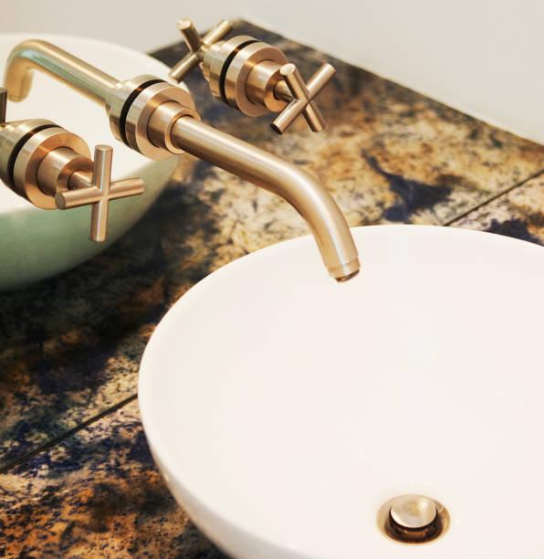 Close up of sink and faucet in modern bathroom:スマホ壁紙(壁紙.com)