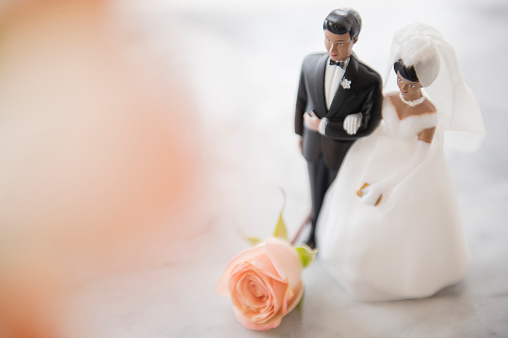 Female Likeness「Close up of bride and groom wedding cake topper」:スマホ壁紙(0)