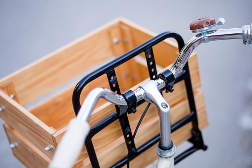 サイクリング「実用的なバスケットで飾られた自転車ハンドルのクローズ アップ」:スマホ壁紙(15)