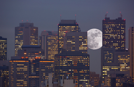 Tokyo - Japan「Super moon rising between office towers」:スマホ壁紙(8)