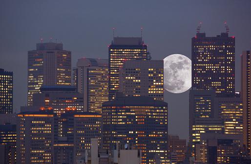 Moon「Super moon rising between office towers」:スマホ壁紙(19)
