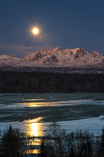 Supermoon「Super Moon as it descended over the Denali Range and Chulitna River, along the Parks Highway」:スマホ壁紙(8)