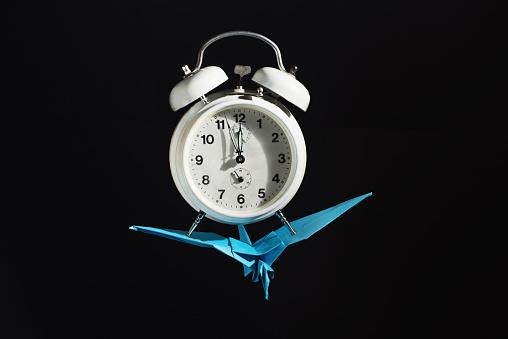 Paper Craft「Origami bird flying with an alarm clock」:スマホ壁紙(16)