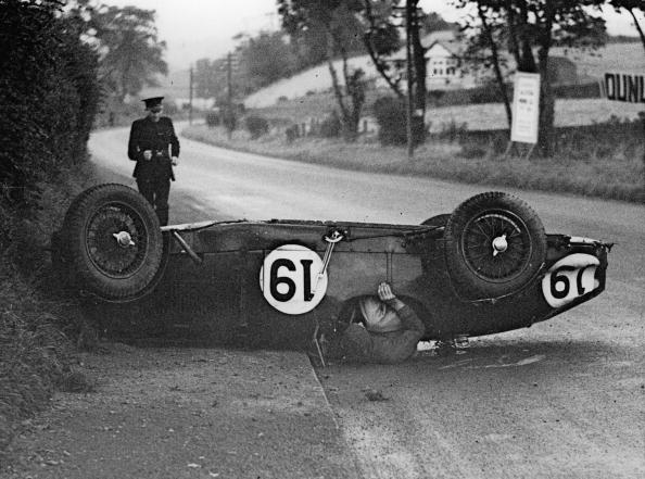 Sports Race「J. L. Donkin pinned beneath his Aston Martin following the violent skid at Mill Corner on the Ards' Circuit at Belfast. A Policeman is seen running to his assistance. Photograph. Northern Ireland. 1935.  (Photo by Austrian Archives」:写真・画像(6)[壁紙.com]