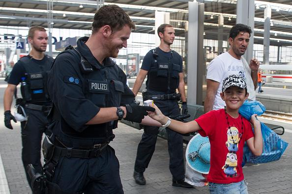 Detainee「Hundreds Of Migrants Arrive At Munich Railway Station」:写真・画像(10)[壁紙.com]