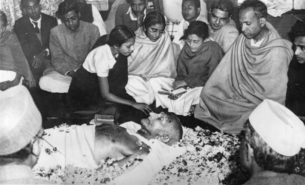 Petal「Mahatma Gandhi?s laying out in new Delhi after his assasination, A nice lays flowers down, Photograph, 1948」:写真・画像(18)[壁紙.com]