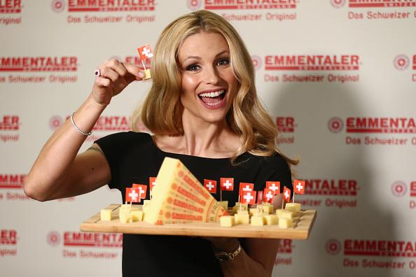 チーズ「Michelle Hunziker Meets Schweizer Emmentaler AOP」:写真・画像(4)[壁紙.com]