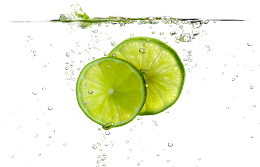 Splashing「Lime slices splashing in fresh water」:スマホ壁紙(14)