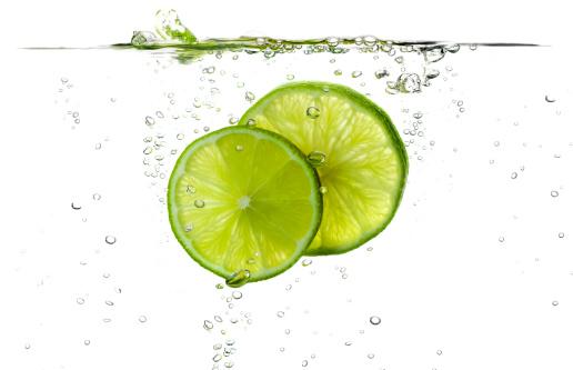 Splashing「Lime slices splashing in fresh water」:スマホ壁紙(4)