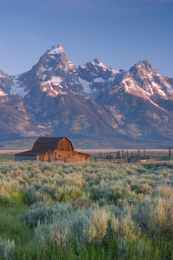 Grand Teton「Barn and snow covered mountains in the American west」:スマホ壁紙(12)