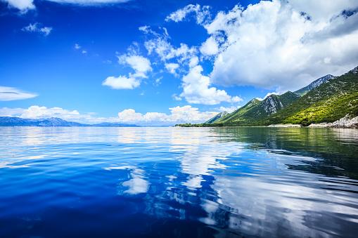 アドリア海「のどかな海 - 島、クリスタル クリアのアドリア海と白い雲と青い空」:スマホ壁紙(6)